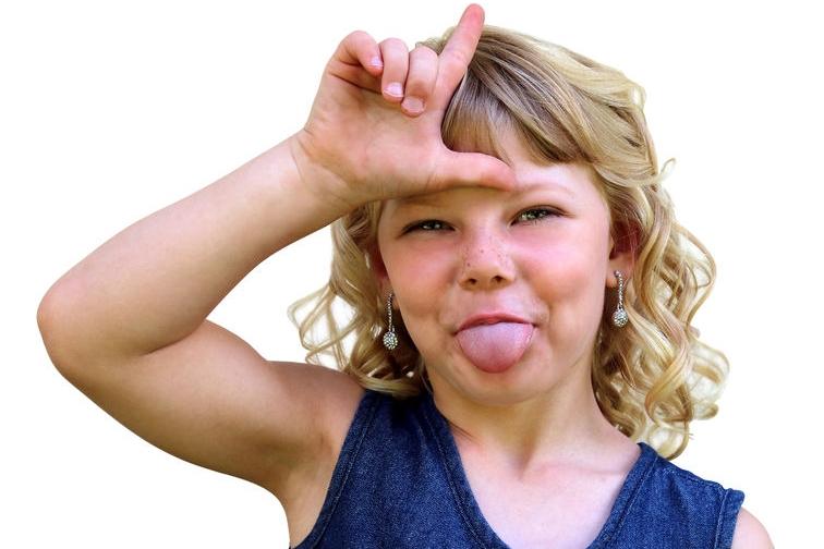 kind doet onaardig tegen andere kinderen